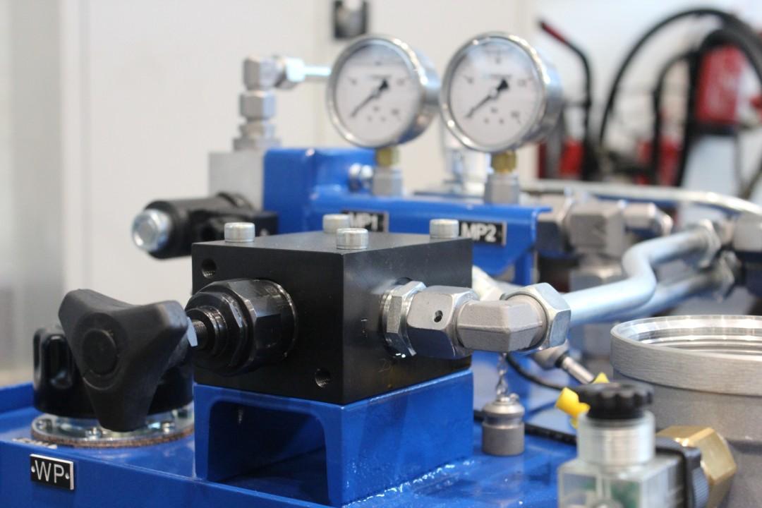 Układ hydrauliczny do maszyny wulkanizującej dywaniki samochodowe