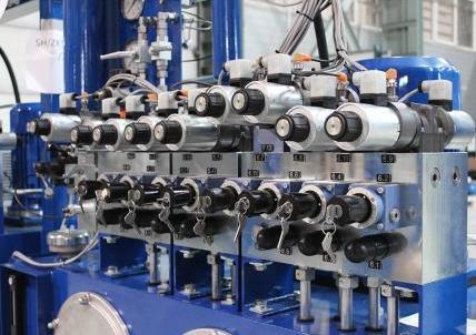 Układ sterujący hamulcami górniczych maszyn wyciągowych